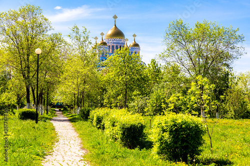 Valokuva Golden domes of church among the trees