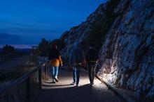 Tres Amigos Caminando De Vuelt...