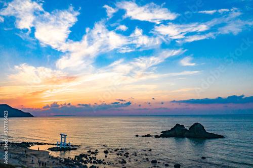 Fotografía 桜井二見ヶ浦の大しめ縄と島と海の空撮が美しく、面白い日暮れ時の風景