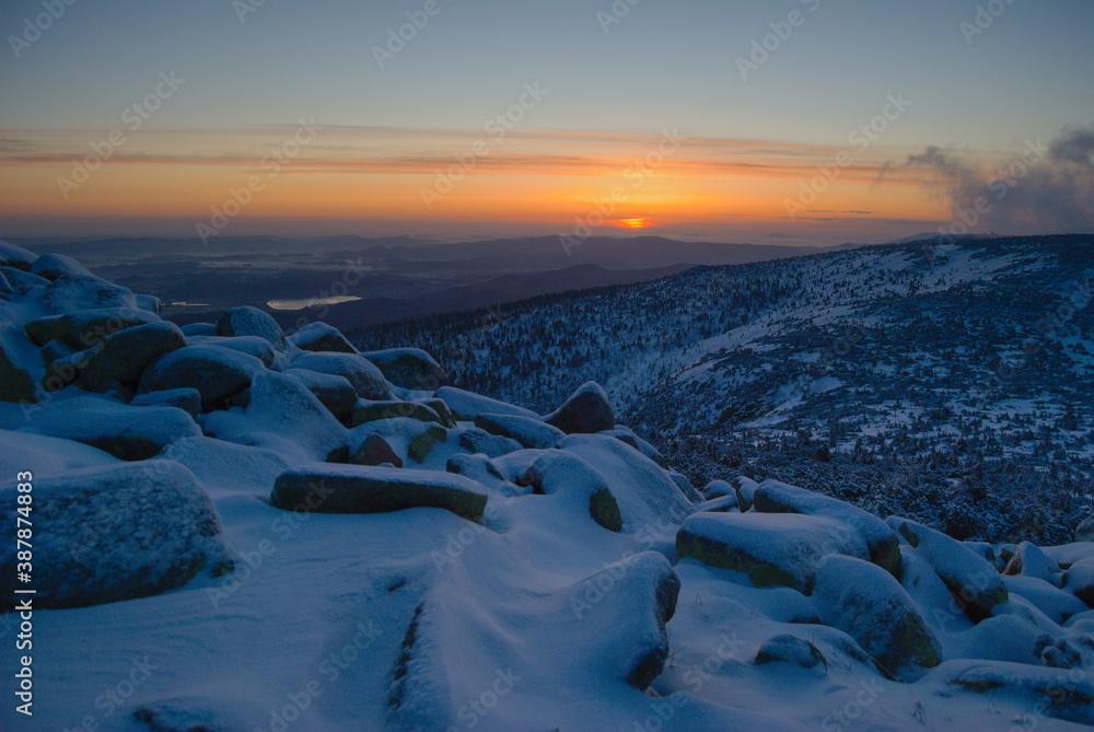 Fototapeta Zimowy wschód Słońca w Sudetach(Karkonoszach)