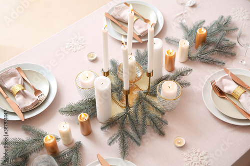 Beautiful table setting with Christmas decorations in living room Fototapet