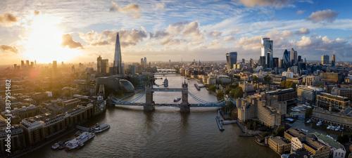 Die moderne Skyline von London, Großbritannien, bei Sonnenuntergang mit Tower Br Canvas Print