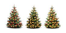 Bunt Geschmückte Weihnachtsbäume Vor Weißen Hintergrund