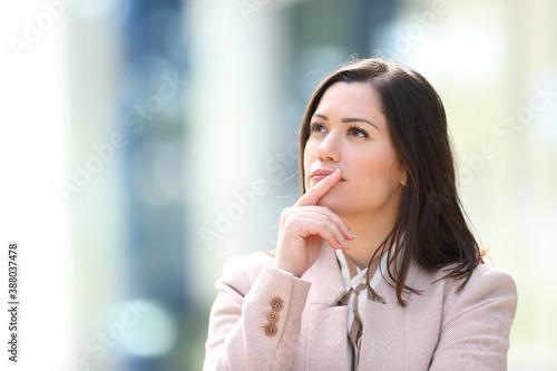 Fotomural Entrepreneur wondering in the street looking at side