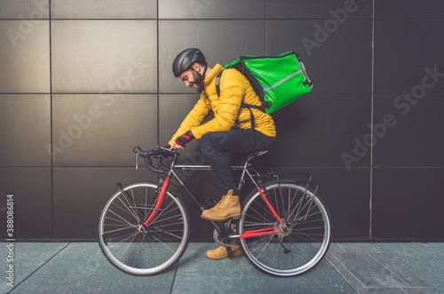 Papel de parede Food delivery rider on his bicycle.