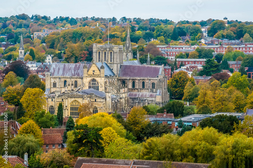 Photo A view from St Giles Hill towards the cathedral in the city of Winchester, UK in