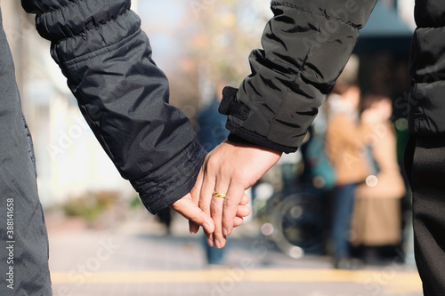 Couples holding hands in the winter season Fotobehang