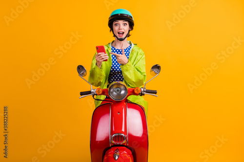 Fotografia Photo portrait of scooter rider driver biker in casual coat pointing finger at p