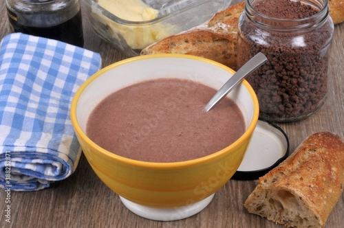 Fotografia Bol de lait au chocolat avec un bocal de chocolat en poudre, du pain , un pot de
