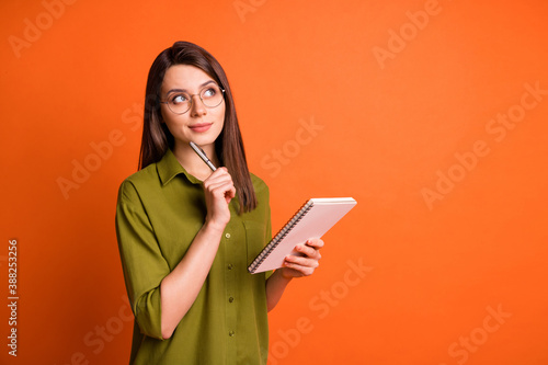 Photo portrait of thoughtful dreamy brunette girl writing with pen isolated on v Fototapete
