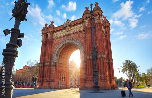 Cuadros en Lienzo Sunrise at Triumphal Arch in Barcelona, Catalonia, Spain