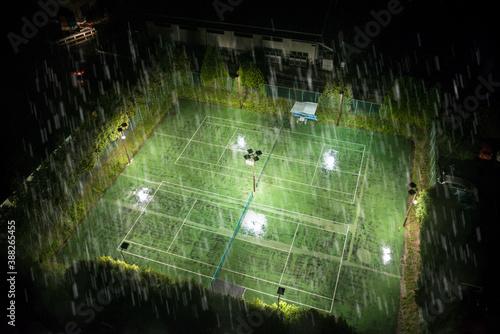 Платно 土砂降りの雨に見舞われた夜のテニスコート