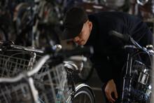 自転車を物色する男