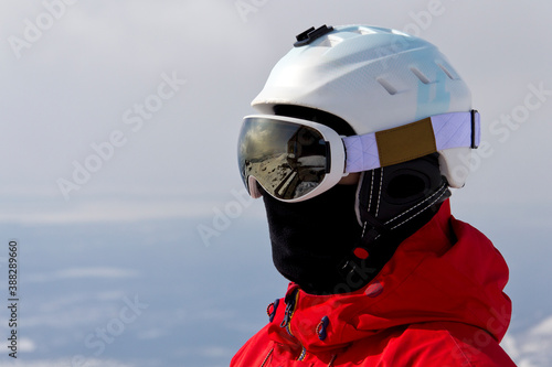 Fotografía head of a snowboarder in a ski helmet and mask against the backdrop of snow-whit