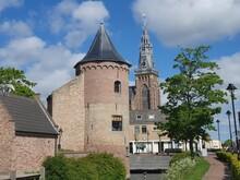 Burgtum Und Kirchturm Der Groote Kerk In Schagen, Nordholland, Niederlande Tower Of The Castle And Tower Of Teh Groote Kerk In Schagen, Holland, Netherlands