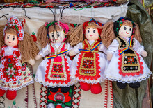 Dolls Dressed In Traditional R...