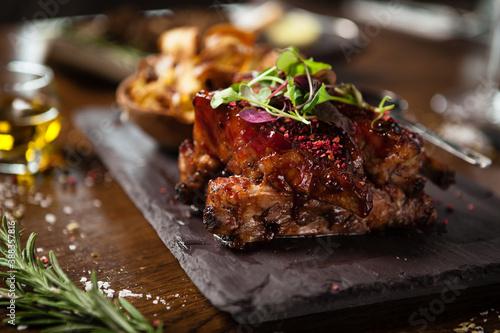 Fotografia Pork ribs cooked at low temperature