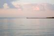 Krajobraz zalew z molo i pięknym oświetlonym niebem