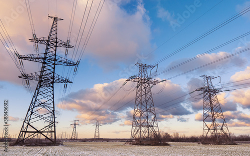 Foto Power lines during a beautiful winter sunset.