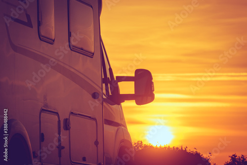 Fotografia, Obraz Camper vehicle on beach at sunrise