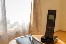 卓上の電話機と手帳