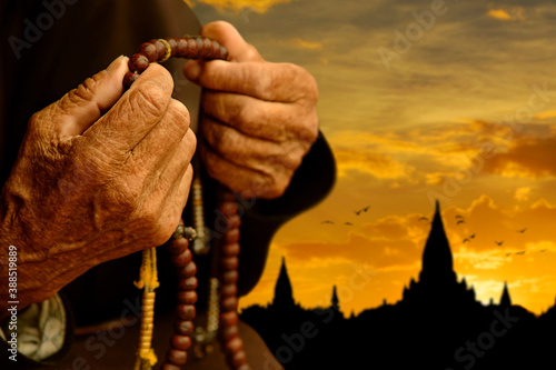 Canvastavla Buddhist hands with rosary