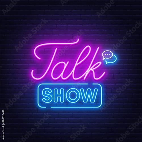 Fotografia Talk show neon sign on brick wall background .