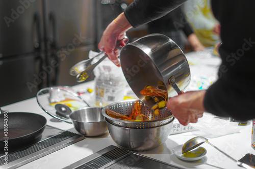 Fototapeta 料理教室での調理風景