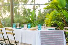 Mesa En El Jardin  Con Plantas