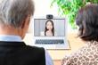 オンライン通信する老夫婦
