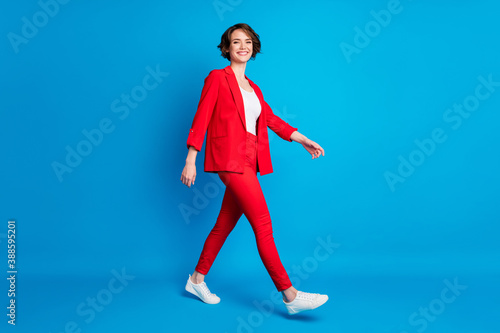 Fotografia Full length body size view of attractive cheerful lady expert going wearing red