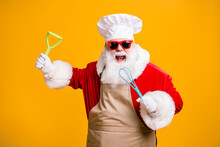 Photo Of Crazy Santa Claus In Chef Cuisine Headwear Hold Kitchenware Prepare X-mas Christmas Holly Meal Wear Apron Sunglass Isolated Over Bright Shine Color Background