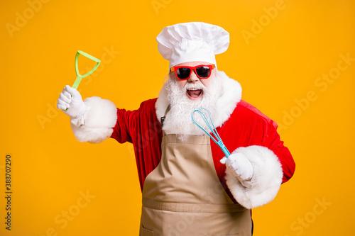 Fotografia Photo of crazy santa claus in chef cuisine headwear hold kitchenware prepare x-m