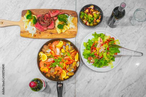 テーブルに並べられたスペイン料理 Billede på lærred