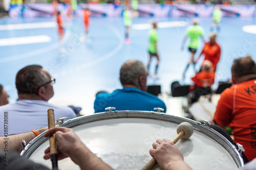 Foto Supporters drum during handball match.