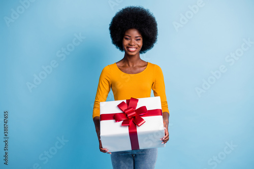 Photo portrait of happy smiling black skinned woman holding wrapped with red rib Fotobehang