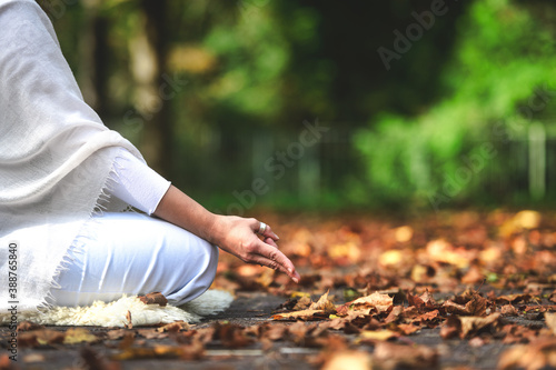 Foto Yoga position during a session in the autumn nature