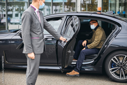Canvas Print Man in eyeglasses getting out of the elite taxi