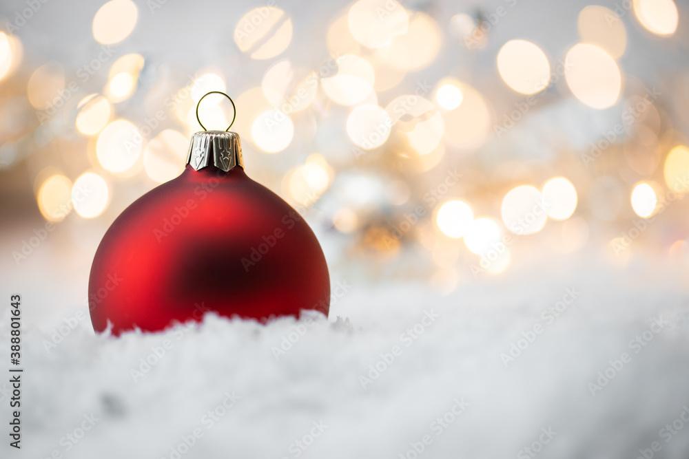 Fototapeta Jedna bombka na śniegu, ozdobne lampki, dekoracja na boże narodzenie