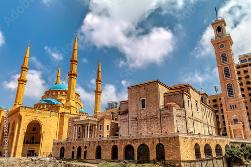 A mosque and a church next to each other in Beirut, Lebanon Fotobehang