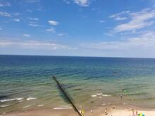 Widok Na Morze Z Wysokiego Miejsca Obserwacyjnego. Lato Nad Morzem