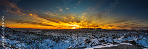 Tela Beautiful and colorful panorama blue hour sunset over snow covered mountains and ridges of Badlands National Park