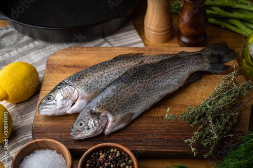 Fotografia fresh trout on wooden cutting board