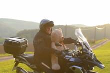 Tierischer Sozius.Mann Auf Motorrad Mit Teddybär