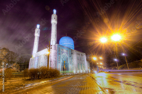 Fotografia View of the minarets and the dome of the Cathedral Mosque in winter at dusk