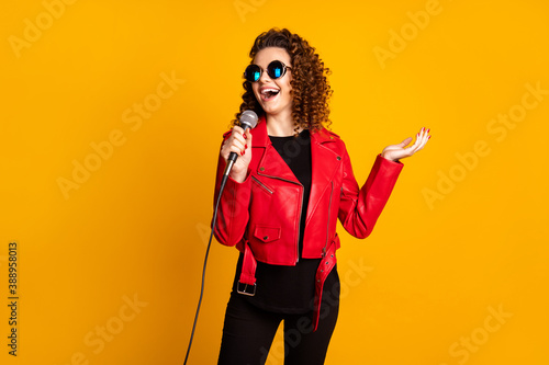 Obraz na plátně Portrait of pretty talented cheerful wavy-haired girl musician singing hit isola