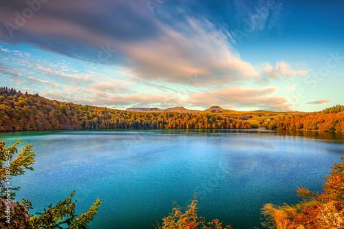 Fotografia, Obraz Couleurs d'automne sur le Lac Pavin et au loin les Monts Dore