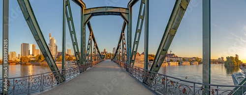 Fényképezés eiserner Steg, famous iron footbridge crosses river Main in Frankfurt with skyli