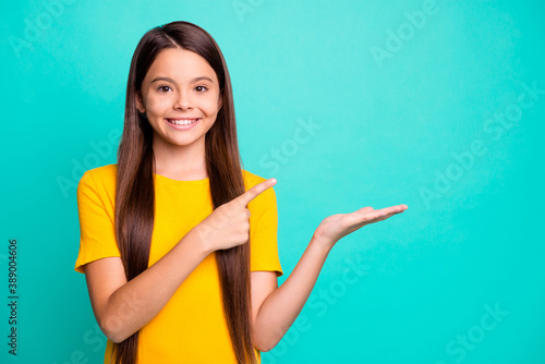 Photo Little hispanic kid girl hold hand point index finger copyspace for adverts wear