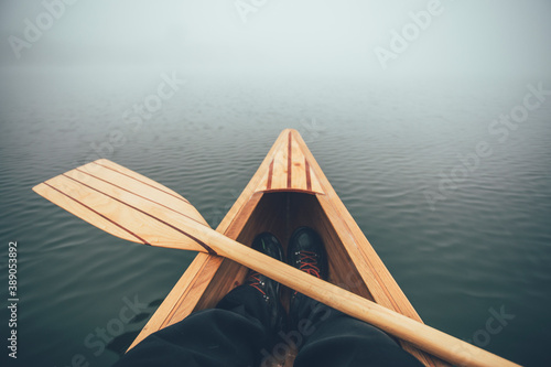 Fotografía Winter canoeing. Canoe bow and paddle on the foggy lake